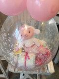 Ballon gestuft met baby-geschenkjes en pampers_