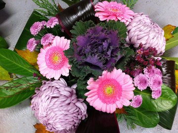 Bloemstuk bolchrysant roze tinten