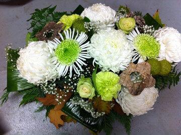 Bloemstuk bolchrysant witte en groene tinten