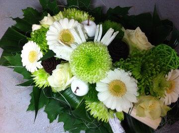 bloemstuk smal en lang witte en groene tinten