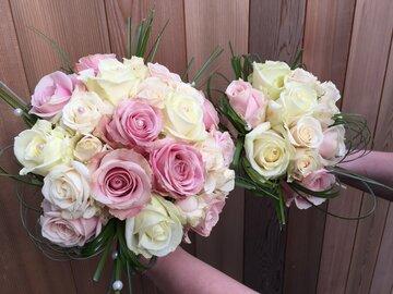 Pakket bruidsboeket en boeket bruidsmeisje roze tinten