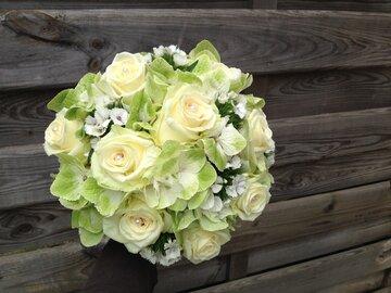 Bruidsboeket witte rozen en hortensia