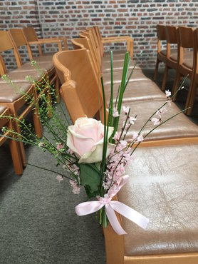 Stoeldecoratie kerk 1 roze roos