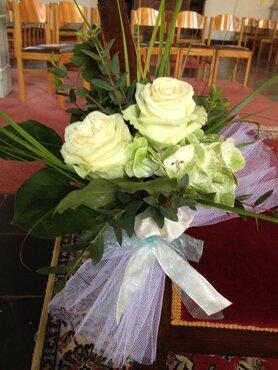 Stoeldecoratie 2 rozen met groensoorten en voilestrik