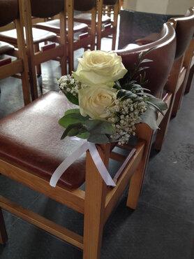Stoeldecoratie 2 witte rozen met eucalyptus en strik