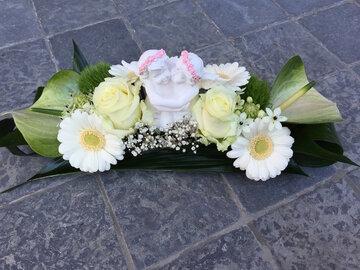 bloemstuk langwerpig wit en groen met engel