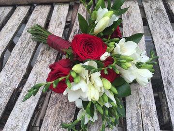 Bruidsboeket rode rozen en freesia