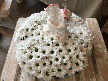 bloemstuk rond met chrysantjes en engeltjes