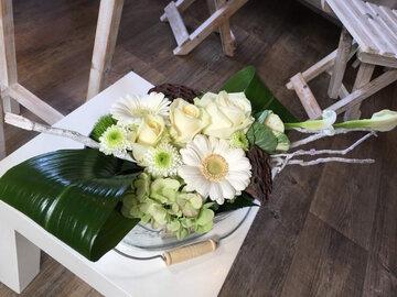 Bloemstukje wit en groen in zinken potje
