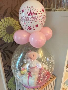 1- Ballon gestuft met baby-geschenkjes en pampers