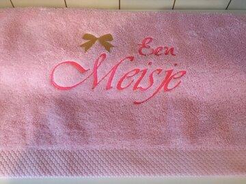 Handdoek lichtroze 50x100cm geborduurd