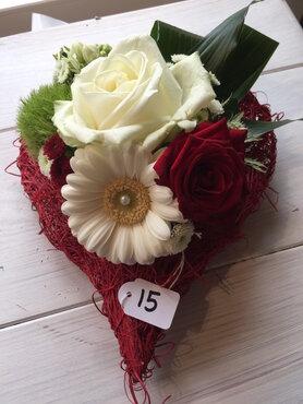 bloemstukje hartje rode en witte tinten