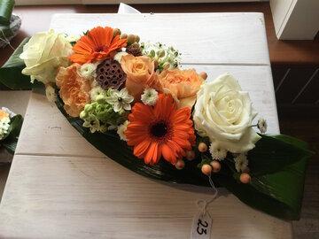 bloemstukje verse bloemen oranje en witte tinten - lang en smal