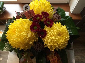 bloemstukje bolchrysant (3) geel ( lang houdbaar)