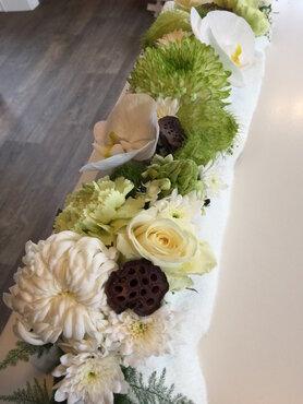bloemstukje witte en groene tinten lang en smal 50cm