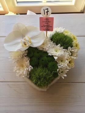 bloemstukje hartje met orchidee wit en groen