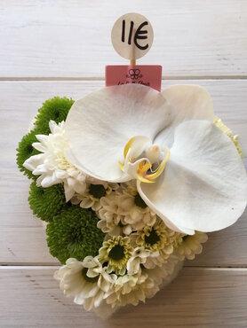 bloemstukje klein hartje met orchidee wit en groen