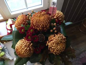 bloemstukje bolchrysant (5) brons en rood ( lang houdbaar)