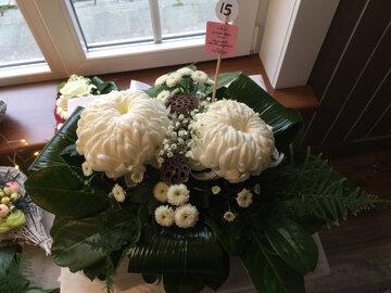 bloemstukje bolchrysant (2) wit en groen ( lang houdbaar)