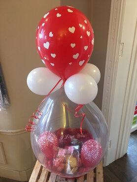 Ballon Valentijn gevuld met lekkernijen en 2 flesjes cava
