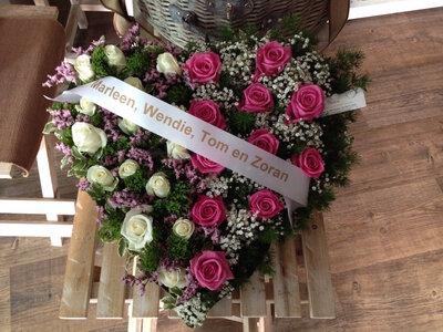 Hartje met rozen met rouwlintje