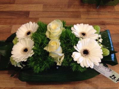 Bloemstuk witte en groene tinten smal