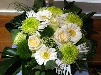 Bloemstuk witte en groene tinten