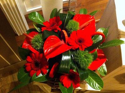 bloemenmandje rode en groene tinten