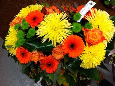 bloemstuk gele en oranje tinten