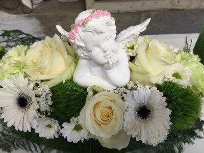 Bloemstuk met engel witte en groene tinten