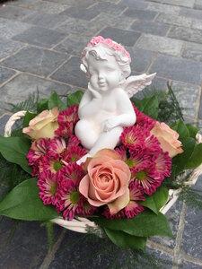 Bloemstuk met engel roze tinten in mandje