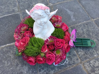 bloemstukje met engel roze tinten