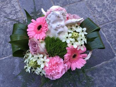 bloemstukje engel roze tinten rond