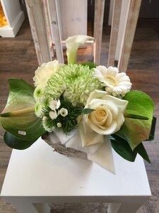 bloemstukje witte en groene tinten in schorspotje