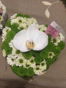 7 - hartje - chrysant + orchidee wit en groen