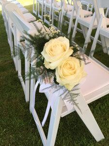 Stoeldecoratie 2 rozen met groensoorten en witte strik