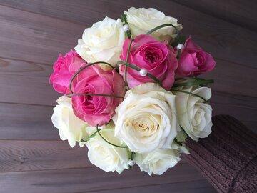Bruidsboeket witte rozen met felroze accent