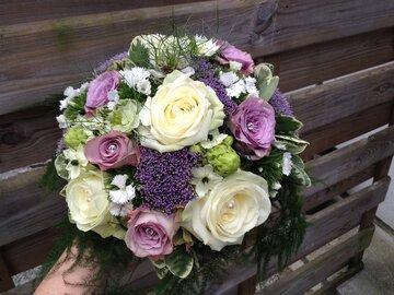 Bruidsboeket witte rozen met paars accent