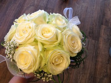 Bruidsboeket rozen en gyps
