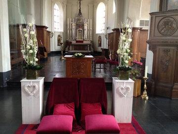 Kerkdecoratie huur sokkel cottage met bloemen