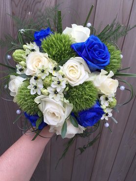 Bruidsboeket met blauwe rozen accent