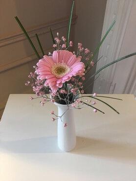Wit vaasje met bloemen en stijl naar keuze(in huur)