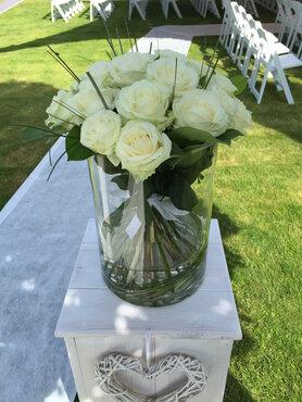 grote vaas met boeket witte rozen