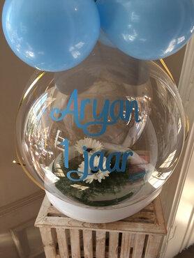 Aqua ballon verjaardag met bloemen, gepersonaliseerd